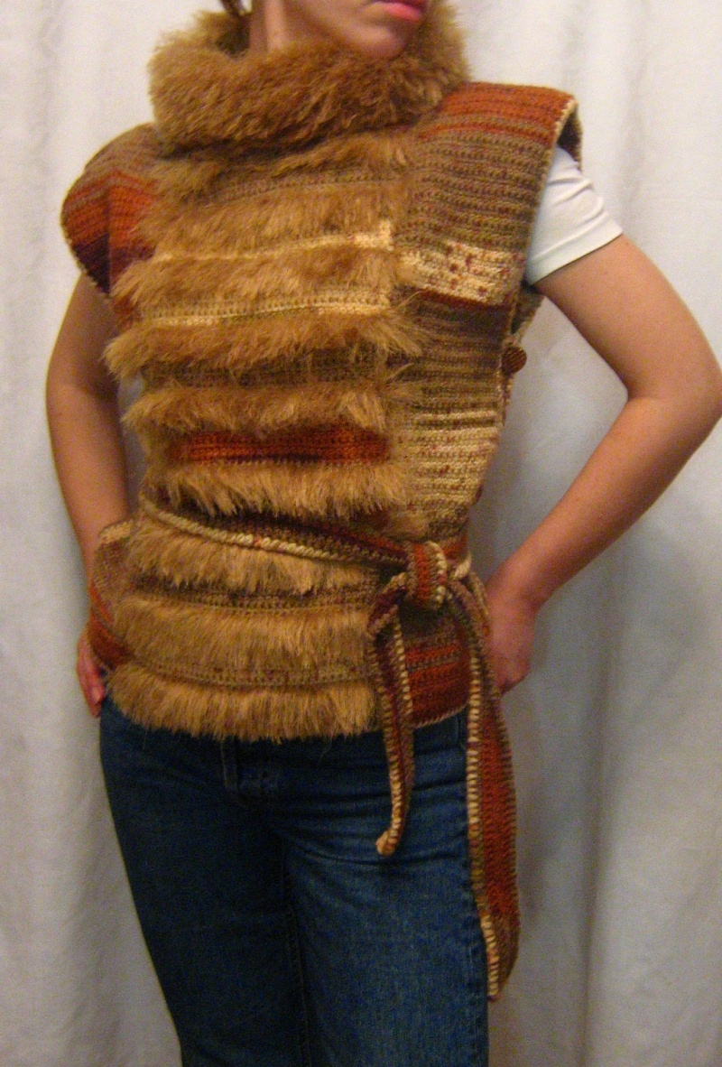 Вязаная жилетка с мехом
